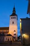 Alte Stadt, Tallinn, Estland Alte Häuser auf der Straße und einem Rathaus ragen hoch Lizenzfreie Stockfotos