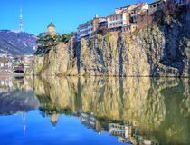 Alte Stadt Tiflis, Metekhi-Felsen und Fluss, Georgia lizenzfreie stockfotos