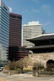 Alte Stadt trifft moderne Stadt Lizenzfreie Stockfotografie