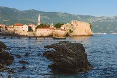 Alte Stadt-und adriatisches Seeansicht Budva Lizenzfreie Stockfotos