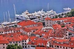 Alte Stadt und Boote im Hafen Stockfotografie