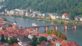 Alte Stadt und Brücke durch Fluss Heidelberg, Zustand Baden-Wü rttemberg, Deutschland stock video footage