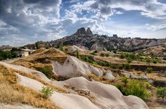 Alte Stadt und ein Schloss von Uchisar gruben von Berge, Cappadocia, die Türkei stockfotos