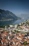 Alte Stadt und Fjord Kotor gestalten Ansicht in Montenegro landschaftlich Stockbilder