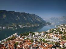 Alte Stadt und Fjord Kotor gestalten Ansicht in Montenegro landschaftlich Stockfotografie