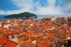Alte Stadt und grüne Insel Lokrum Dubrovniks Stockfotografie