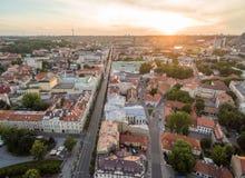 Alte Stadt Vilnius und Gediminas-Allee Litauen, Sonnenuntergang-Himmel stockfotografie
