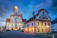Alte Stadt von Altötting mit Basilika St Anna nachts, Bayern, Stockfotografie