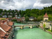 Alte Stadt von Bern, die Schweiz mit Fluss Aare am bewölkten Tag Lizenzfreie Stockbilder