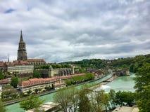 Alte Stadt von Bern, die Schweiz mit Fluss Aare am bewölkten Tag Lizenzfreies Stockfoto