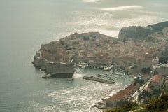 Alte Stadt von Dubrovnik, Kroatien, gesehen von oben genanntem mit der Adria sehen im Hintergrund lizenzfreies stockbild