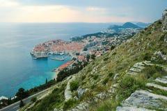 Alte Stadt von Dubrovnik, Kroatien, gesehen von oben genanntem mit der Adria sehen im Hintergrund stockfotos