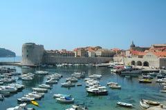 Alte Stadt von Dubrovnik mit seinem alten Hafen, der von den Booten, Kroatien, gesehen von oben genanntem mit der Adria voll ist, stockfoto