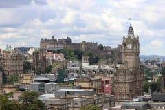 Alte Stadt von Edinburgh mit königlichem Schloss stockfotos