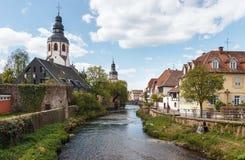 Alte Stadt von Ettlingen in Deutschland mit einem Fluss und einer Kirche Lizenzfreie Stockfotos