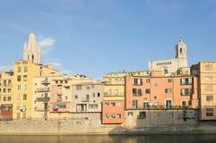Alte Stadt von Girona im Sonnenunterganglicht Stockfoto