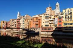 Alte Stadt von Girona-Ufergegend-Häusern lizenzfreies stockbild