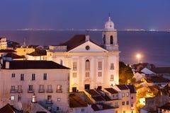 Alte Stadt von Lissabon nachts Stockbild