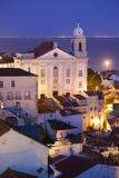 Alte Stadt von Lissabon nachts in Portugal Lizenzfreies Stockfoto