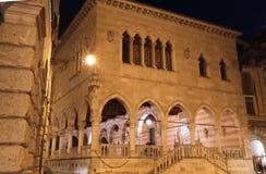 Alte Stadt von Udine nachts lizenzfreie stockfotos