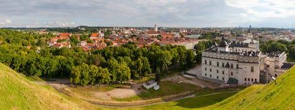Alte Stadt von Vilnius, wie vom Hediminas-Schloss, Litauen, Sommerzeit gesehen Lizenzfreies Stockbild
