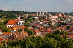 Alte Stadt von Vilnius, wie vom Hediminas-Schloss, Litauen, Sommerzeit gesehen Lizenzfreie Stockbilder