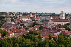 Alte Stadt von Vilnius, wie vom Hediminas-Schloss, Litauen, Sommerzeit gesehen Lizenzfreie Stockfotografie