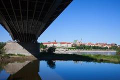 Alte Stadt von Warschau unter den Brücken-Skylinen Lizenzfreie Stockfotos
