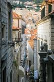Alte Stadtansicht Dubrovniks Kroatien von der Stadtmauer stockbild