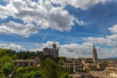 Alte Stadtansicht Gironas mit grünen Bergen und blauem Himmel mit Wolken Stockfotos
