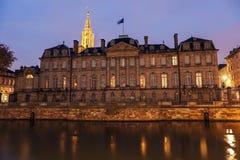Alte Stadtarchitektur mit Palais Rohan und Straßburg-Münster Stockfotografie