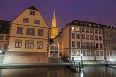 Alte Stadtarchitektur mit Straßburg-Münster Stockfoto