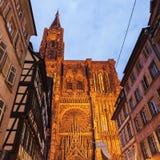 Alte Stadtarchitektur mit Straßburg-Münster Stockfotos