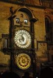 Alte Stadtastronomische Uhr nachts lizenzfreie stockfotografie