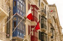 Alte Stadtgebäude mit Staatsflaggen, Valletta stockbild