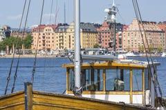 Alte Stadtgebäude und alte Boote auf Wasser unter blauem Himmel in Stoc Stockfotos
