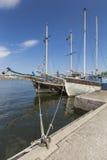 Alte Stadtgebäude und alte Boote auf Wasser unter blauem Himmel in Stoc Stockfoto
