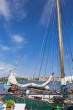 Alte Stadtgebäude und alte Boote auf Wasser unter blauem Himmel in Stoc Lizenzfreies Stockbild