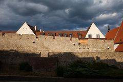 Alte Stadtmauer Bratislavas bei Sonnenuntergang Stockbild