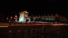Alte Stadtmauer Chinas Xi'an nachts Stockfotografie
