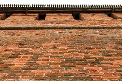 Alte Stadtmauer des roten Backsteins Stockbild