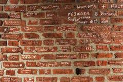 Alte Stadtmauer des roten Backsteins Stockfoto