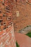Alte Stadtmauer des roten Backsteins Lizenzfreies Stockfoto