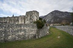 Alte Stadtmauer in Venzone Stockbilder