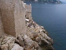 Alte Stadtmauern in Dubrovnik, welches das adriatische Meer gegenüberstellt Stockfotos