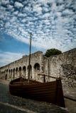 Alte Stadtmauern in Southampton mit Replik handeln Boot im Vordergrund Stockfotografie