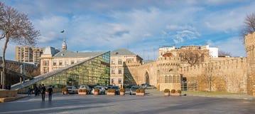 Alte Stadtmauern und Metro Baku Stockfoto