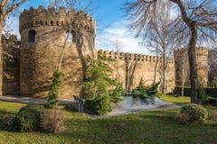 Alte Stadtmauern und Metro Baku Stockbilder
