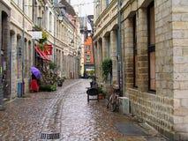 Alte Stadtstraße in Lille an einem regnerischen Tag, Frankreich Stockfoto