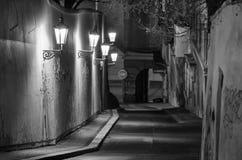 Alte Stadtstraße mit Lampen, Prag Lizenzfreies Stockbild